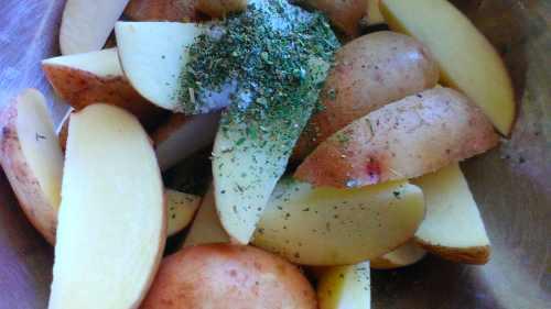 картофель по-селянски, с горьким перцем чили, запеченый в духовке